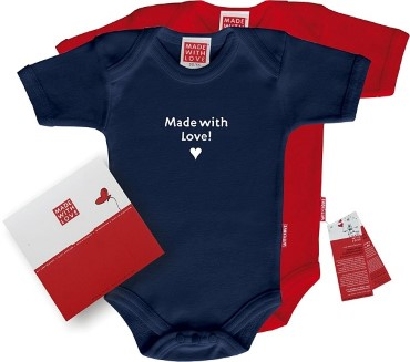 "Roter oder blauer Body: ""Made with love!"", inklusive Geschenkverpackung"